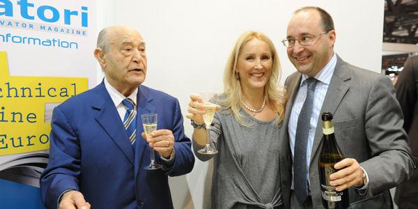 Ing. Giuseppe Volpe feiert mit seiner Tochter Maria und Sohn Matteo die 40 Jahren der Zeitschrift Elevatori