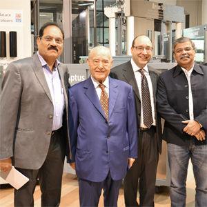 Einige indischen Kunden in dem IGV showroom zusammen mit Präsident und Geschäftsleiter von IGV